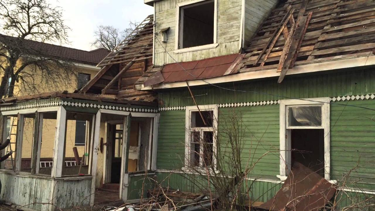снос деревянного старого дома